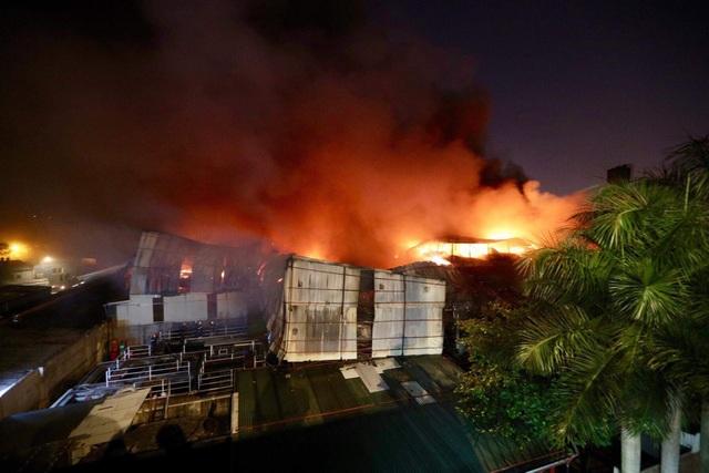Hiện trường vụ cháy cực lớn tại Nhà máy bóng đèn phích nước Rạng Đông - 17