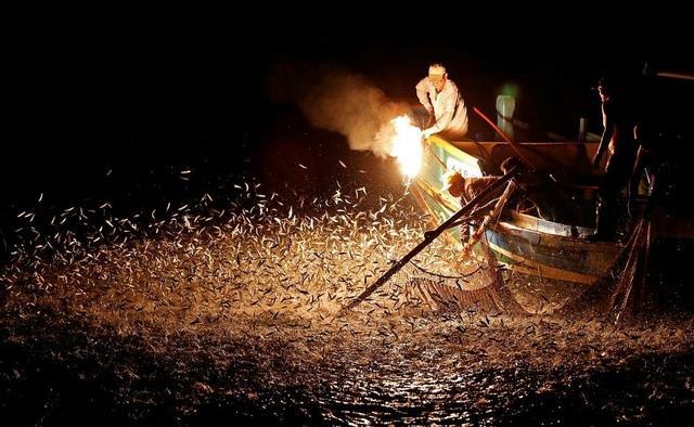 Độc đáo nghề đánh cá bằng... lửa - 1