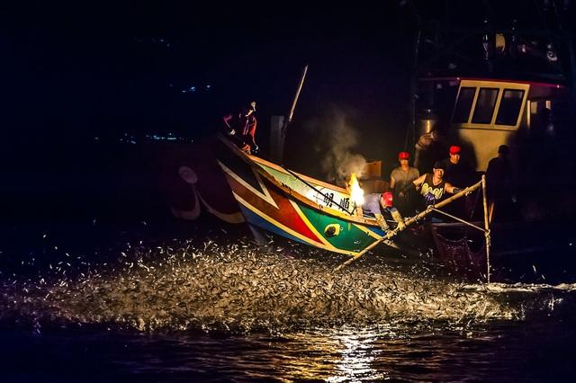 Độc đáo nghề đánh cá bằng... lửa - 2