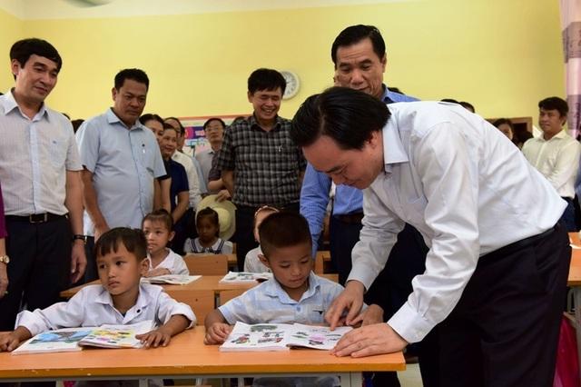 Bộ trưởng Phùng Xuân Nhạ thăm, tặng quà học sinh vùng lũ - 3
