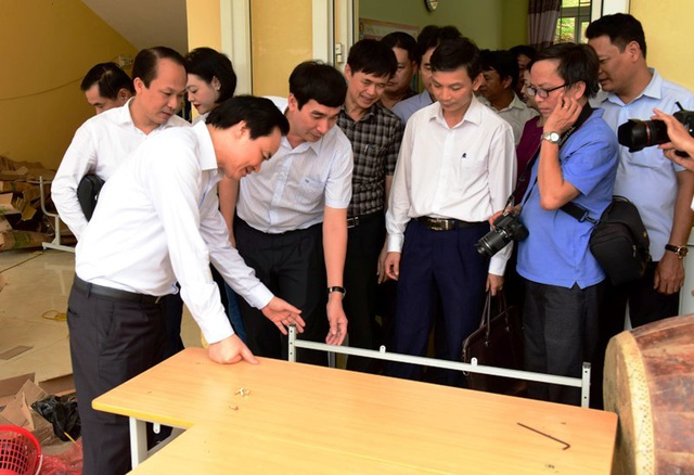 Bộ trưởng Phùng Xuân Nhạ thăm, tặng quà học sinh vùng lũ - 4