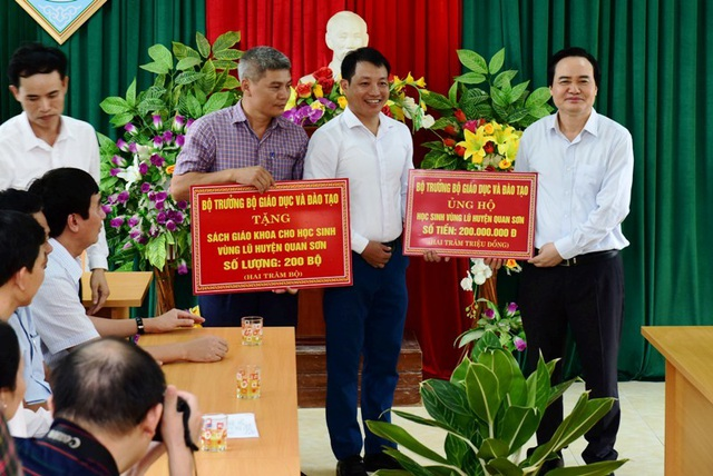 Bộ trưởng Phùng Xuân Nhạ thăm, tặng quà học sinh vùng lũ - 7