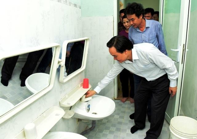 Bộ trưởng Phùng Xuân Nhạ thăm, tặng quà học sinh vùng lũ - 5