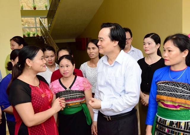 Bộ trưởng Phùng Xuân Nhạ thăm, tặng quà học sinh vùng lũ - 1