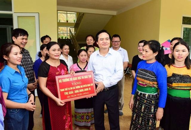 Bộ trưởng Phùng Xuân Nhạ thăm, tặng quà học sinh vùng lũ - 6