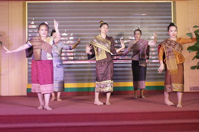 """""""Bữa tiệc văn hóa"""" từ Á sang Âu chào đón tân sinh viên Học viện Nông nghiệp - 9"""