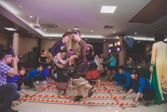 """""""Bữa tiệc văn hóa"""" từ Á sang Âu chào đón tân sinh viên Học viện Nông nghiệp - 11"""