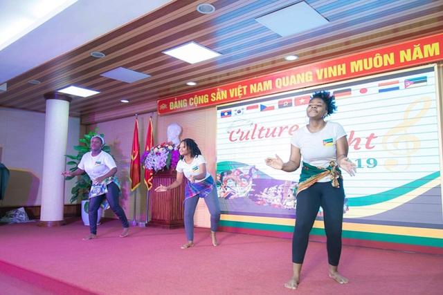 """""""Bữa tiệc văn hóa"""" từ Á sang Âu chào đón tân sinh viên Học viện Nông nghiệp - 7"""
