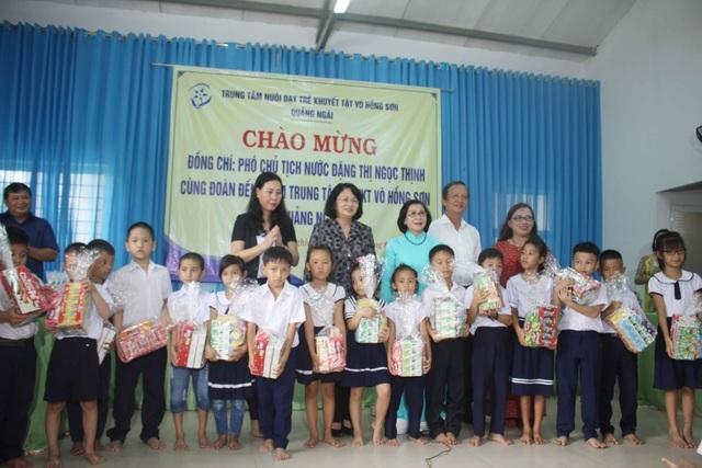 Phó Chủ tịch nước thăm học sinh khuyết tật tỉnh Quảng Ngãi - 2