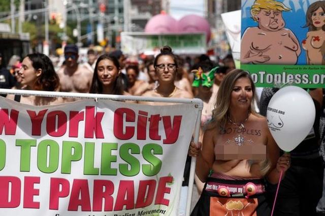 """Phụ nữ ngực trần diễu hành ở New York, đòi quyền được """"thả rông"""" - 2"""