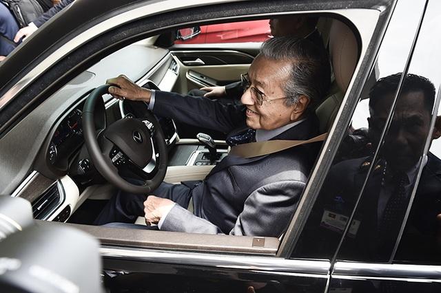 Thủ tướng Malaysia lái thử xe VinFast Lux tại Hà Nội - 4