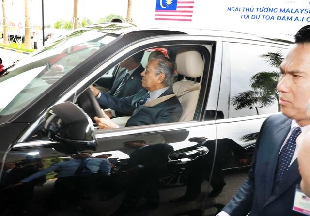 Thủ tướng Malaysia lái thử xe VinFast Lux tại Hà Nội - 2