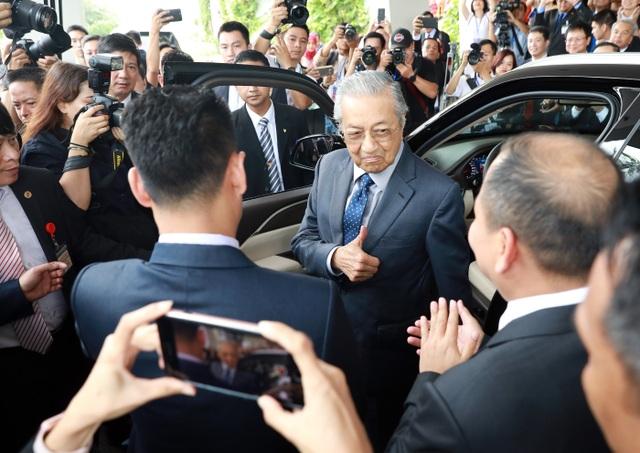 Thủ tướng Malaysia lái thử xe VinFast Lux tại Hà Nội - 5