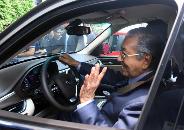 Thủ tướng Malaysia lái thử xe VinFast Lux tại Hà Nội - 1