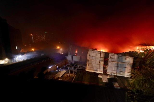 Xuyên đêm dập tắt đám cháy tại nhà máy bóng đèn phích nước Rạng Đông - 7