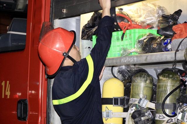 Xuyên đêm dập tắt đám cháy tại nhà máy bóng đèn phích nước Rạng Đông - 12