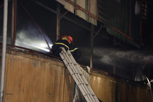 Xuyên đêm dập tắt đám cháy tại nhà máy bóng đèn phích nước Rạng Đông - 3