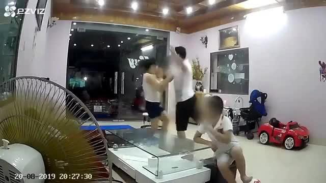 Người đàn ông tung cước đánh vợ trước mặt con nhỏ không phải là võ sư - 2