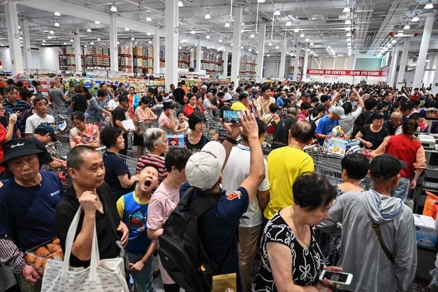 Mặc kệ thương chiến, dân Trung Quốc tranh cướp mua hàng ở siêu thị Mỹ - 1