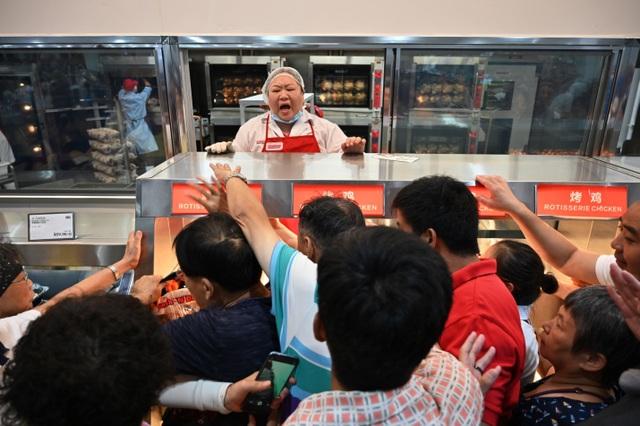 Mặc kệ thương chiến, dân Trung Quốc tranh cướp mua hàng ở siêu thị Mỹ - 2