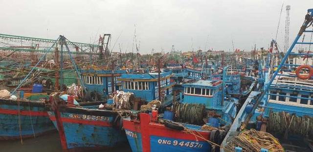 Tàu cá bị sóng đánh chìm khi đang được lai dắt, 2 ngư dân rơi xuống biển - 2