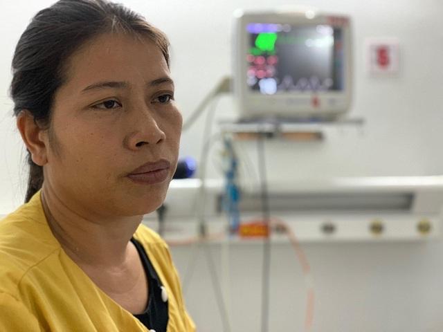 Người phụ nữ Hà Nội tức tốc vào viện tặng 30 triệu đồng đến người vợ quên mình cứu chồng - 1