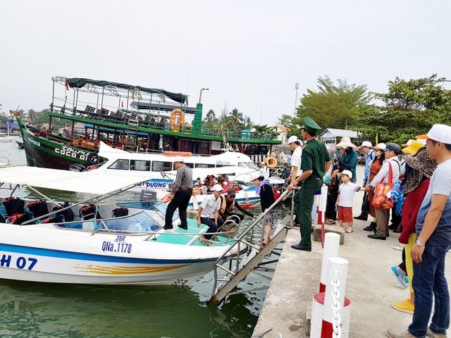 Tạm dừng đưa khách ra Cù Lao Chàm do mưa bão