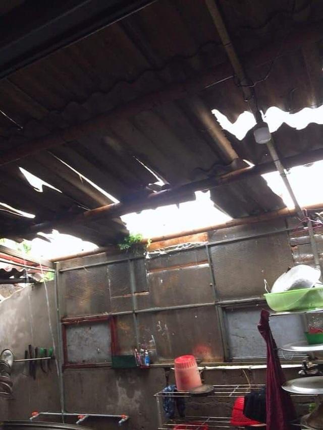 Lốc xoáy thổi sập nhà dân, 2 người bị thương - 1