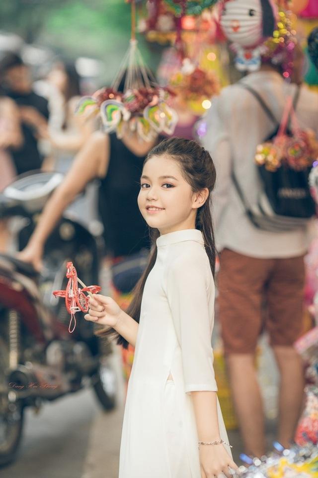 Bé gái 8 tuổi xinh như thiên thần dạo phố mùa Trung thu - 1