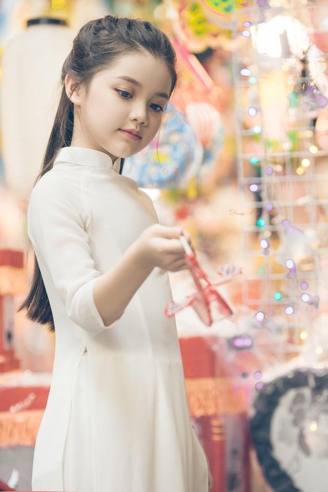 Bé gái 8 tuổi xinh như thiên thần dạo phố mùa Trung thu - 5