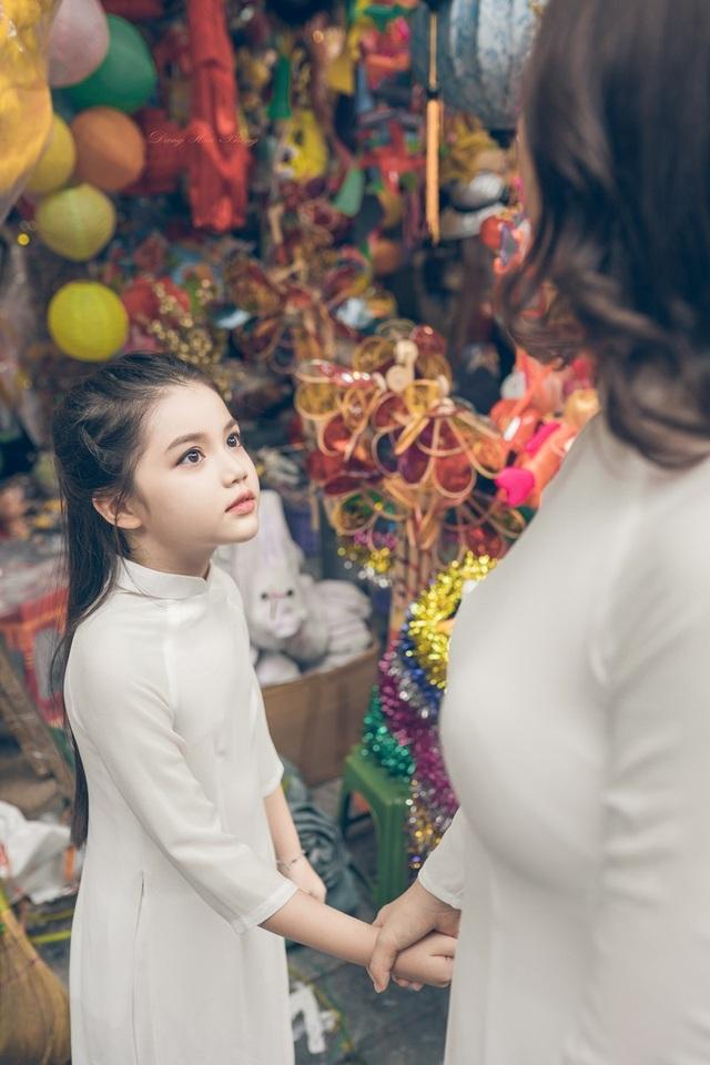 Bé gái 8 tuổi xinh như thiên thần dạo phố mùa Trung thu - 6