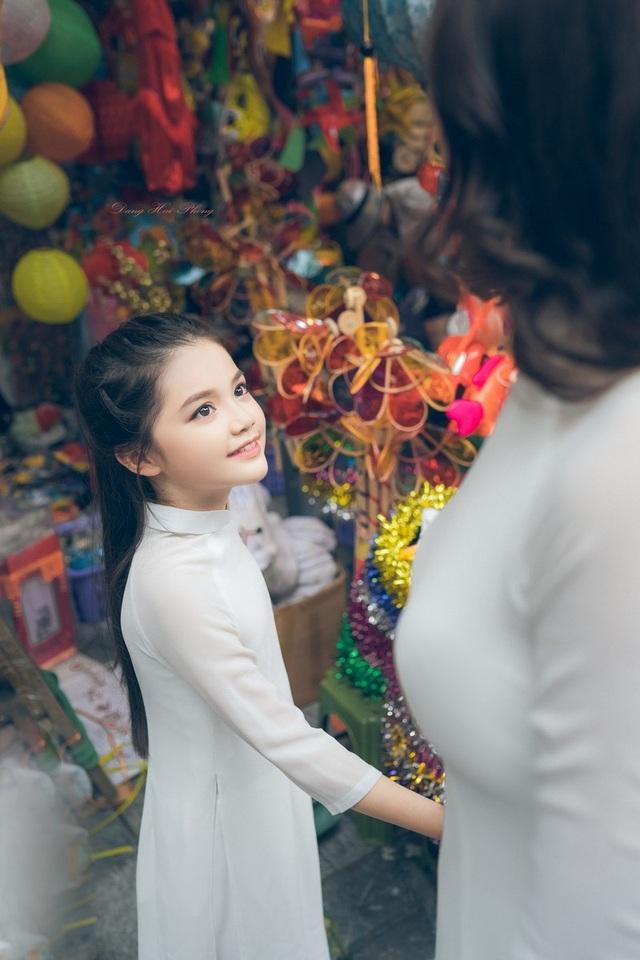 Bé gái 8 tuổi xinh như thiên thần dạo phố mùa Trung thu - 7