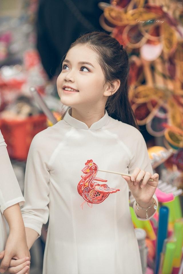 Bé gái 8 tuổi xinh như thiên thần dạo phố mùa Trung thu - 8