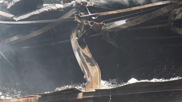 Tiếp tục phun nước vào vụ cháy kinh hoàng ở Công ty Rạng Đông - 14