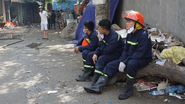 Tiếp tục phun nước vào vụ cháy kinh hoàng ở Công ty Rạng Đông - 4