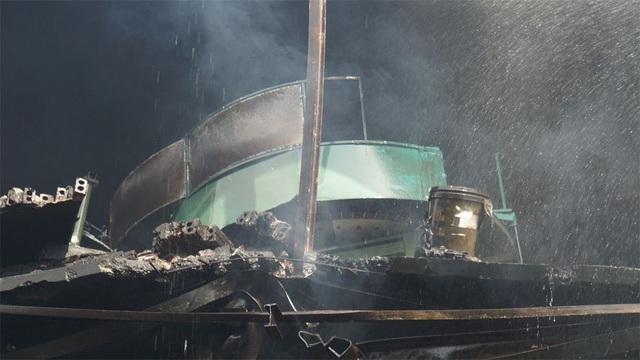 Tiếp tục phun nước vào vụ cháy kinh hoàng ở Công ty Rạng Đông - 12