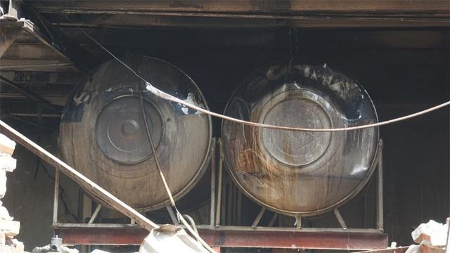 Tiếp tục phun nước vào vụ cháy kinh hoàng ở Công ty Rạng Đông - 11
