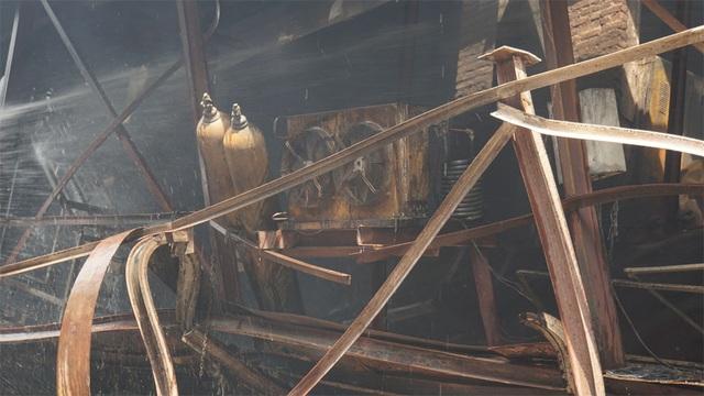 Tiếp tục phun nước vào vụ cháy kinh hoàng ở Công ty Rạng Đông - 10