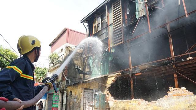 Tiếp tục phun nước vào vụ cháy kinh hoàng ở Công ty Rạng Đông - 1