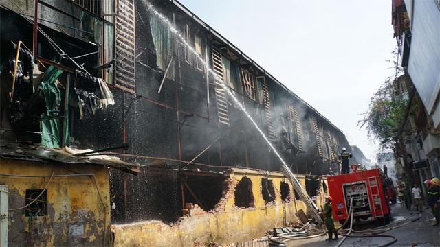 Tiếp tục phun nước vào vụ cháy kinh hoàng ở Công ty Rạng Đông - 2