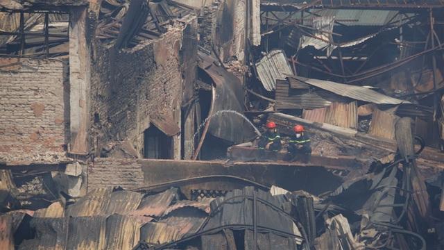 Tiếp tục phun nước vào vụ cháy kinh hoàng ở Công ty Rạng Đông - 8