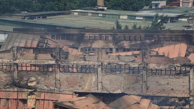 Tiếp tục phun nước vào vụ cháy kinh hoàng ở Công ty Rạng Đông - 7