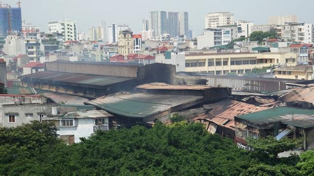Tiếp tục phun nước vào vụ cháy kinh hoàng ở Công ty Rạng Đông - 5