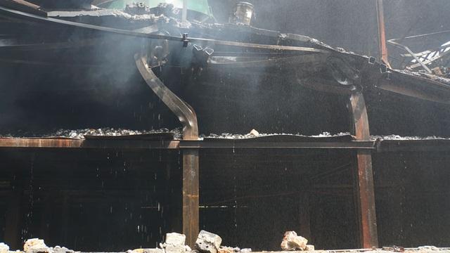 Tiếp tục phun nước vào vụ cháy kinh hoàng ở Công ty Rạng Đông - 13
