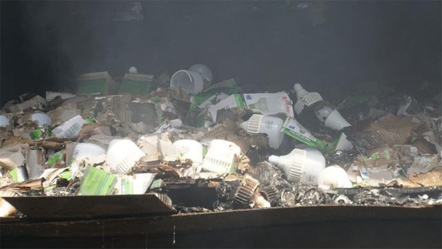 Tiếp tục phun nước vào vụ cháy kinh hoàng ở Công ty Rạng Đông - 9