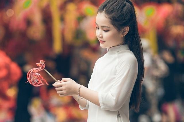Bé gái 8 tuổi xinh như thiên thần dạo phố mùa Trung thu - 10