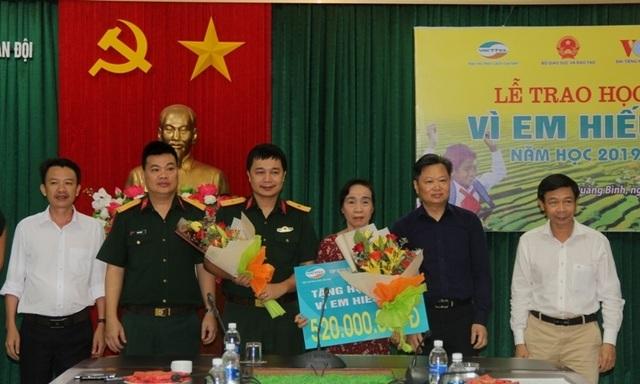 """Học bổng """"Vì em hiếu học"""" trao 520 triệu đồng đến học sinh nghèo Quảng Bình - 1"""
