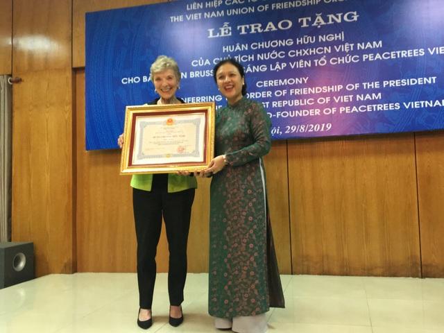 """Người phụ nữ Mỹ 20 năm trồng """"cây hòa bình"""" trên vùng đất bom đạn của Việt Nam - 1"""