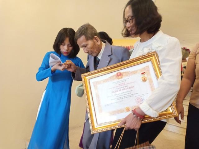 Các nghệ sĩ gạo cội được con cháu dìu đến nhận danh hiệu Nghệ sĩ Nhân dân - 1