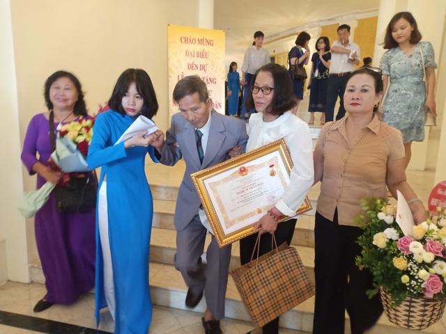 Các nghệ sĩ gạo cội được con cháu dìu đến nhận danh hiệu Nghệ sĩ Nhân dân - 2